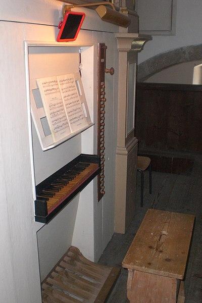 Datei:Ovaro, Pieve di S. Maria di Gorto, organo Giovanni Battista De Corte, consolle.jpg