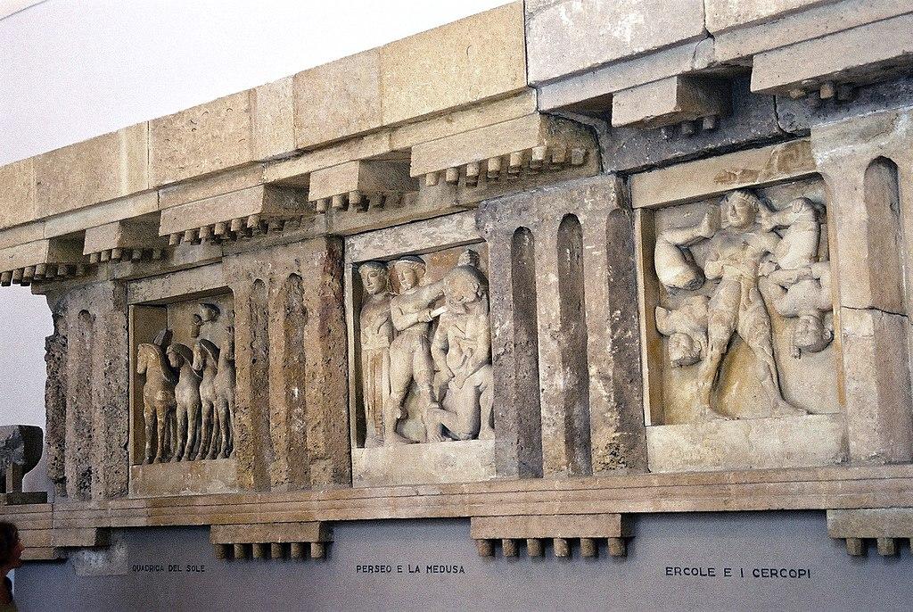 Metopes du temple de Selinunte au musée archéologique de Palerme. Photo de Bernhard J. Scheuvens aka Bjs