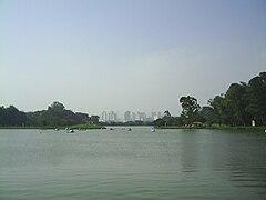 Um dos lagos da várzea do Rio Tietê. Ao fundo, o centro financeiro de Guarulhos.