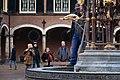 Passanten-bij-binnenhof-fontein---foto-bas-kijzers.jpg