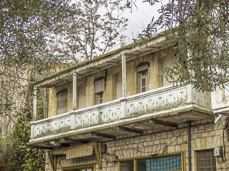 צפת רחוב ירושלים,מרפסת מעוטרת
