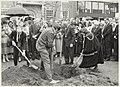 Planten van vriendschapseiken, door de burgemeesters van Leamington Spa en Heemstede. NL-HlmNHA 54023377.JPG