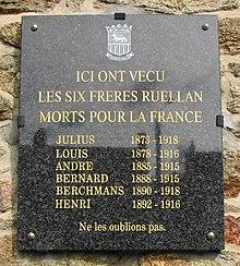 Les dix frères Ruellan 220px-Plaque_fr%C3%A8res_Ruellan