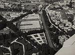 Pogled na Ljubljanski velesejem, sokolsko telovadišče, Lattermanov drevored in železniško progo z letala 1933.jpg