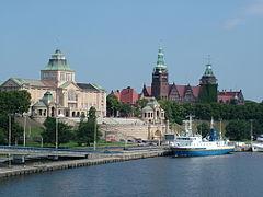 Gmach Główny Muzeum Narodowego w Szczecinie (po lewej) i Urzędu Wojewódzkiego na Wałach Chrobrego