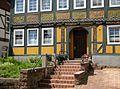 Polle-Treppe zu einem Fachwerkhaus.jpg