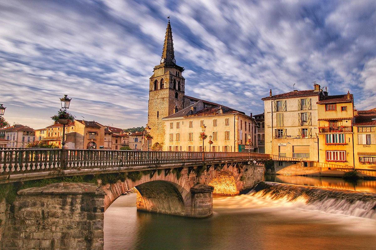 Pont vieux et Église de Saint Girons au coucher du soleil.jpg