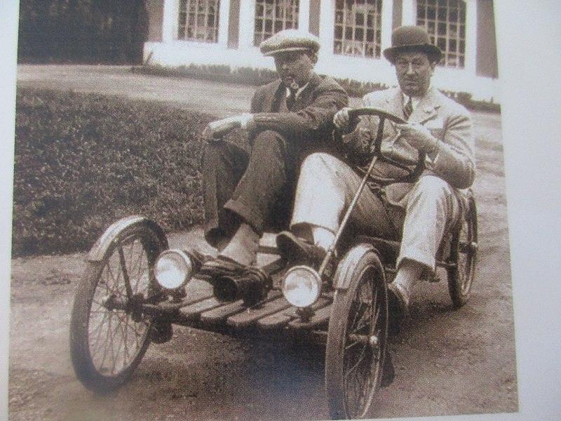 File:Prototype de voiturette électrique Bugatti, pilotée par Ettore Bugatti et le roi Léopold III de Belgique.jpg