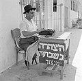 Publieke schrijvers zitten met een typemachine achter een tafel op het trottoir , Bestanddeelnr55-1833).jpg
