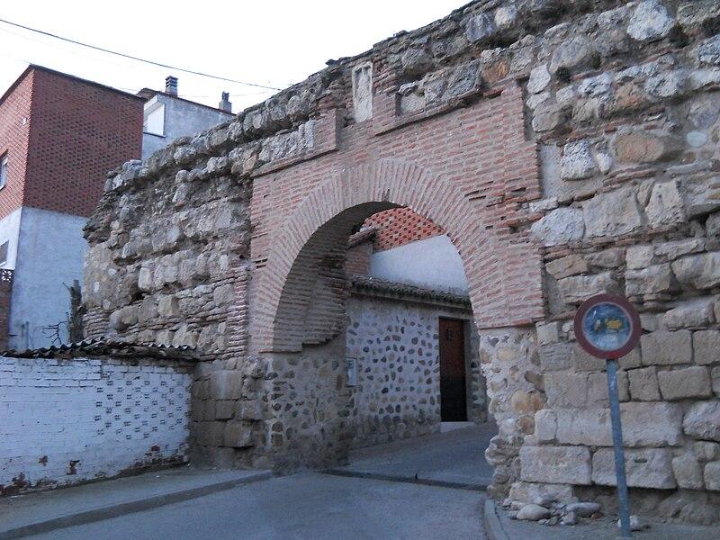 File:Puerta Tostonera Talamanca de Jarama.JPG