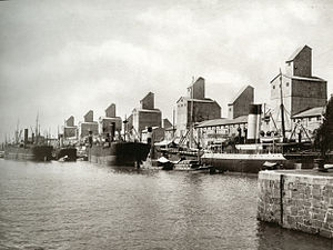 Buenos Aires Great Southern Railway - Grain elevators in Puerto Madero, 1910.