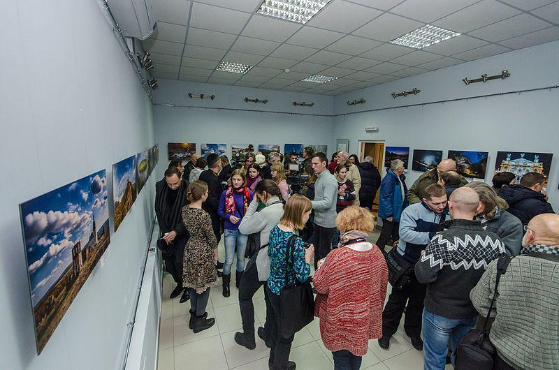 Учасники відкриття виставки «Пам'ятки України» у Хмельницькому.