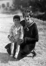 Rosa Lindros med borgmästare Kaplanis (i Lapithos) son i sitt knä - SMVK - Csn098.tif