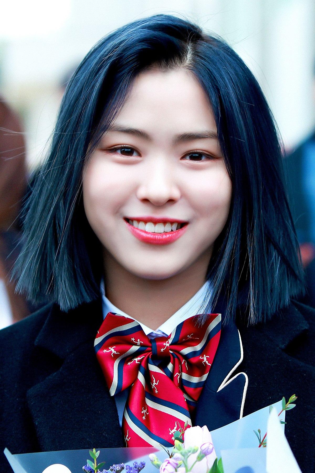 Datei:Shin Ryu-jin at graduation from Hanlim Multi Art School on February  7, 2020 (2).jpg – Wikipedia