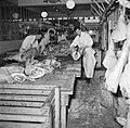 Slagers aan het werk in het deel van de vleeshallen waar varkens verwerkt worden, Bestanddeelnr 252-9066.jpg