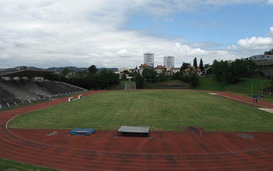 Stade de Firminy-Vert (architecte: Le Corbusier). A droite, un détail de la Maison de la Culture (également du Corbusier).