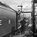 Stationschef kijkt vertrekkende trein na op Waverley Station, Bestanddeelnr 254-3521.jpg