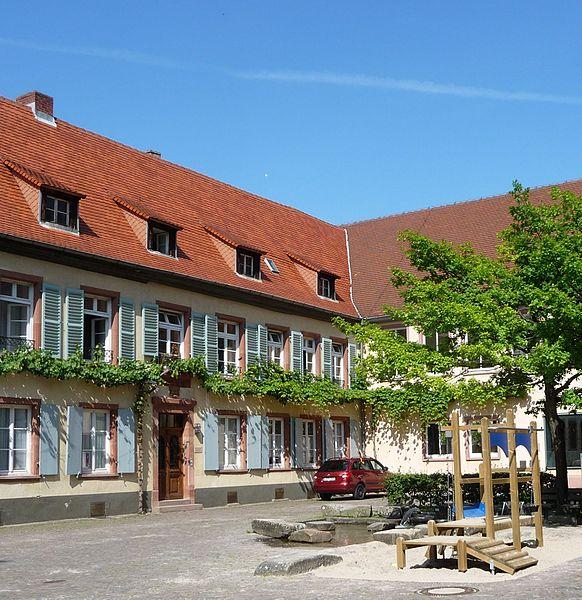 File:Stiftsplatz neben der Stiftskirche - panoramio.jpg