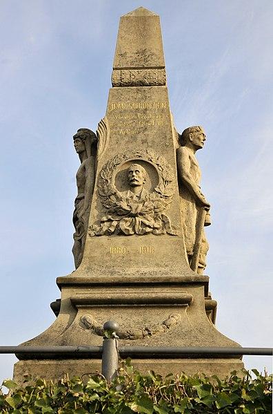 D'Graf an d'Monument vum Jean Schortgen um Téitenger Kierfecht.