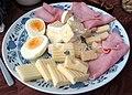 Talíř se třemi druhy sýrů, šunkou a vajíčkem na tvrdo.jpg