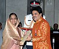 The President, Smt. Pratibha Devisingh Patil presenting Padma Shri Award to Playback Singer Shri Udit Narayan at the Civil Investiture Ceremony, at Rashtrapati Bhavan, in New Delhi on April 14, 2009.jpg