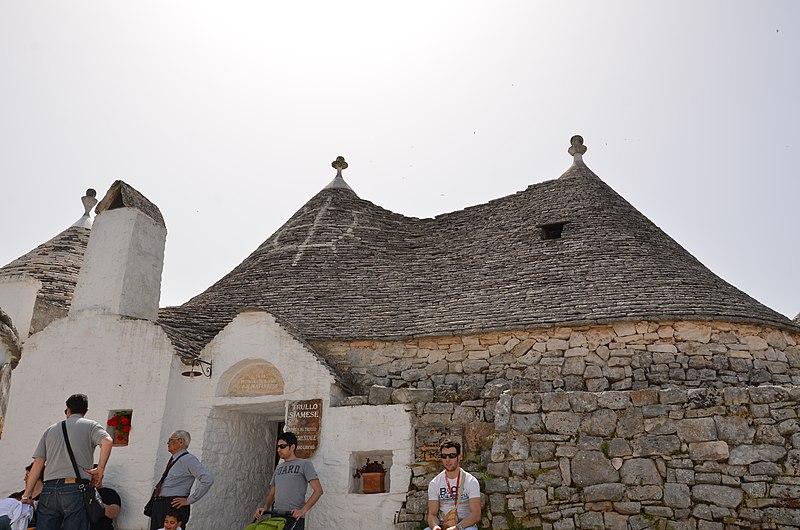 File:Trullis Zone, 70011 Alberobello Metropolitan City of Bari, Italy - panoramio (1).jpg