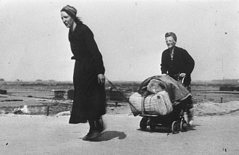 Two Dutch women carrying food during the famine period Twee deelnemers aan de hongertochten tijdens de hongerwinter.jpg