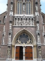 Veghel (N-Br, Nl), statues frontside church.JPG