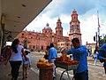 Vendedor de churros con la Catedral de Morelia al fondo.jpg