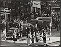 Verkeer Voetgangers steken tussen auto's over op een zebrapad bij de Munt te Amsterdam, Bestanddeelnr 058-1081.jpg