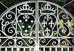 Villa la petraia, cancello con stemmi medici e lorena 02.jpg