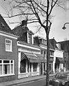 foto van Pand zonder verdieping onder pannen schilddak met topschoorsteen en dakkapel