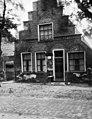Woning met trapgevel, stoeppaal rechts voor de voorgevel - West-Terschelling - 20415936 - RCE.jpg