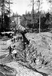 Zappatori che scavano l'acquedotto del fiume Cedar, Washington (1899)