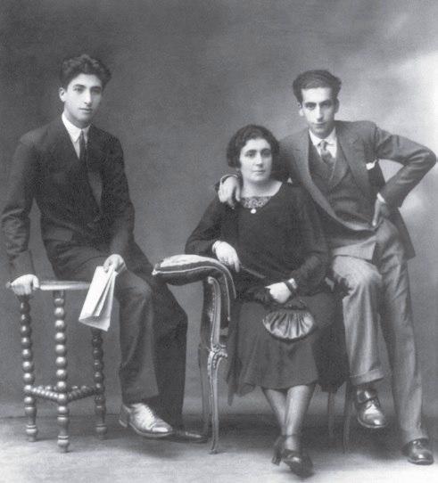 Xaquín Lorenzo Fernández e Xurxo Lorenzo Fernández con súa nai Joaquina Fernández Barcia, c. 1930