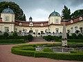 Zamek Buchlovice - nádvoří s kašnou.JPG
