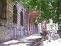Zamek w Pilicy - rzeźba sfinksa i filary.jpg