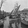 Zeilbootje doet dienst als veerpont Naam van het bootje Zoutelande, Bestanddeelnr 900-5287.jpg