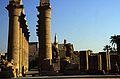 Ägypten 1999 (241) Tempel von Luxor- Säulenkolonnade, Moschee des Abu el-Haggag, Pylon (28201246476).jpg