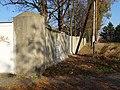 Ďáblická, K zahradnictví, zeď Ďáblického hřbitova.jpg