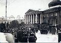 У Таврического дворца в день открытия первого заседания совета рабочих и солдатских депутатов (2 марта 1917).jpg