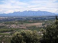 08 La plana del Penedès i Montserrat des del jaciment d'Olèrdola.JPG