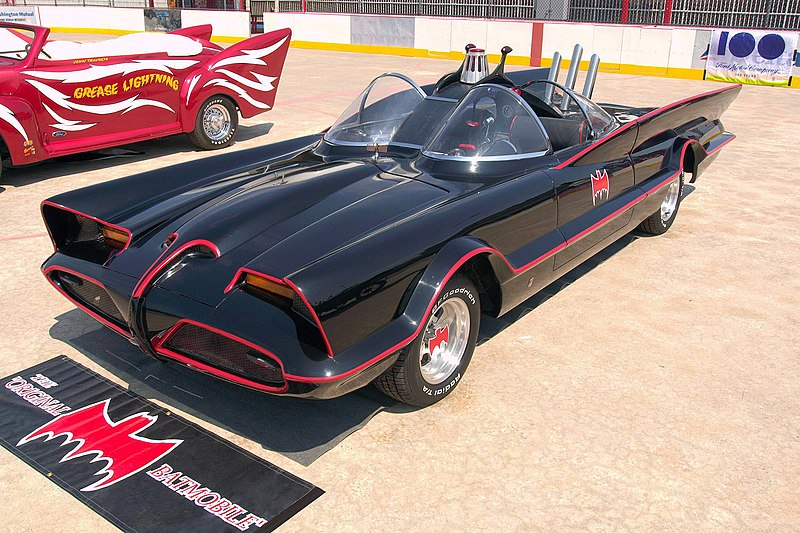 [Immagine: 800px-1960s_Batmobile_(FMC).jpg]