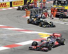 Photo de Lewis Hamilton précédant Heikki Kovalainen et Nick Heidfeld à la chicane de sortie du tunnel.