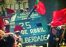 Демонстрация с красными флагами и зеленым макетом танка