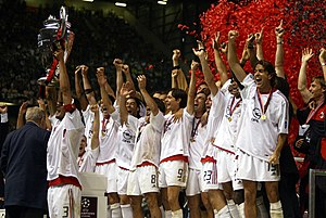2002–03 UEFA Champions League - Image: A.C. Milan lifting the European Cup after winning the 2002–03 UEFA Champions League 20030528