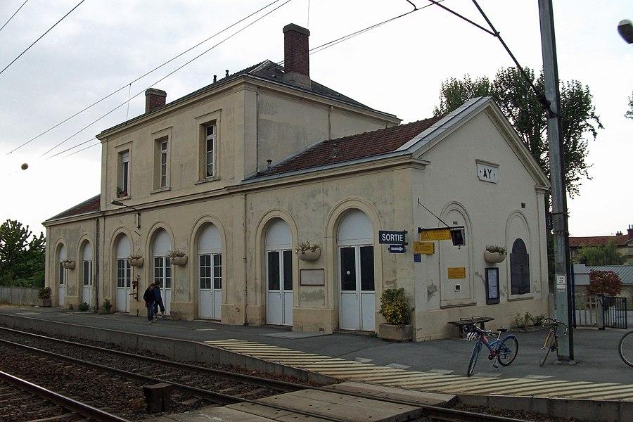 La gare d'Ay (Marne, France), côté voies.