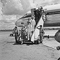 Aankomst van het koninklijk paar op vliegveld Zanderij. koningin Juliana, een vo, Bestanddeelnr 918-2938.jpg