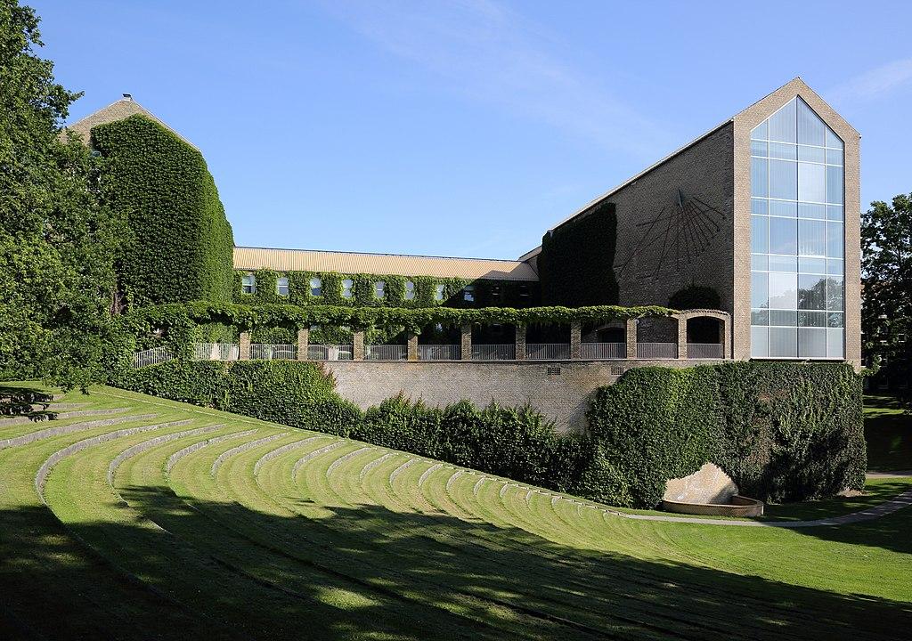 Aarhus Universitets hovedbygning set fra parken.jpg