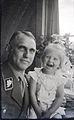 Adolf Kob, Königl. Sächs. Major i. Generalstab, amtierender Gruppenleiter SA Mitte, mit seiner ältesten Enkelin (1936).jpg